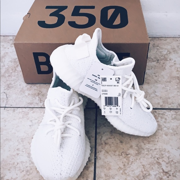 finest selection 1ef3a 0dfb9 Yeezy Boost 350V2 Triple White